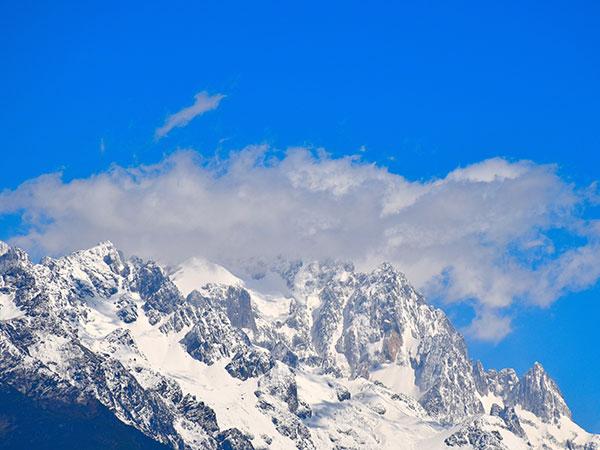 montaña nevada del dragón de jade