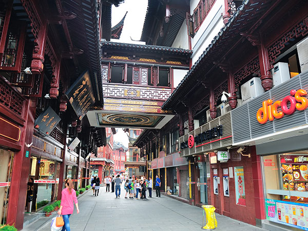 https://www.viajedechina.com/pic/city/shanghai/attractions/chenghuangmiao-old-street-02.jpg